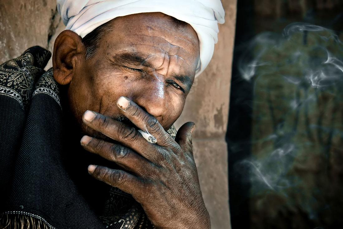 Senhor egípcio fumando nas redondezas de Karnak e Luxor
